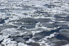 Hielo agrietado en el fondo del río Foto de archivo libre de regalías
