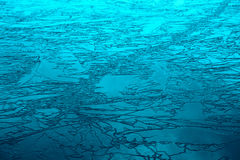 Hielo agrietado en el lago Foto de archivo
