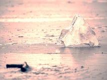 Hielo azul del mar congelado y de los pequeños fragmentos del hielo Isla montañosa en el horizonte lejano Imagen de archivo libre de regalías