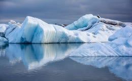 Hielo azul en Icelake Jokulsarlon islandia Imagen de archivo libre de regalías