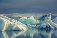 Hielo azul en Icelake Jokulsarlon islandia Fotografía de archivo libre de regalías