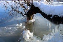 Hielo azul hermoso en el río en invierno Fotografía de archivo