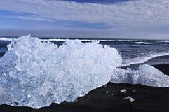 Hielo con el océano en Islandia Foto de archivo libre de regalías