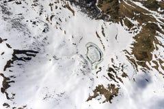 Hielo de fusión en el pequeño lago en el valle de Priora, Suiza Fotos de archivo libres de regalías