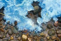 Hielo de fusión de la primavera en el río llenado Foto de archivo libre de regalías
