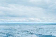 Hielo de fusi?n en el mar y el cielo nublado fotografía de archivo