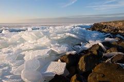 Hielo de pulido en el borde del agua Imagen de archivo libre de regalías