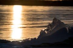 Hielo de Sylvan Lake Sunset Over The Fotos de archivo libres de regalías