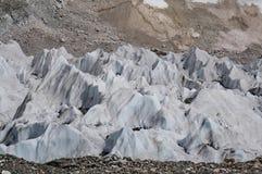 Hielo del glaciar de fusión en las montañas de Himalaya Imagen de archivo