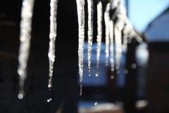Hielo del invierno en el tejado imagen de archivo libre de regalías