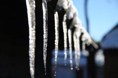 Hielo del invierno en el tejado imagenes de archivo