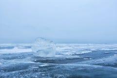 Hielo del lago Baikal en el cielo azul imágenes de archivo libres de regalías