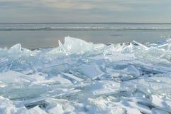 Hielo del lago Superior llenado para arriba a lo largo de línea de la playa Fotos de archivo