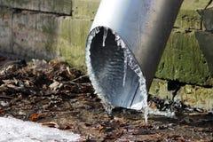 Hielo en bajo del tubo de drenaje Imágenes de archivo libres de regalías