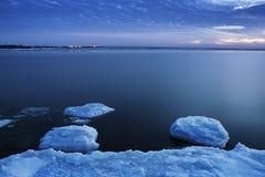 Hielo en el río en invierno Foto de archivo libre de regalías
