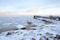 Hielo en la playa y el muelle Fotos de archivo libres de regalías