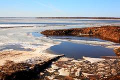 Hielo en los deshielos del río Volga Foto de archivo libre de regalías