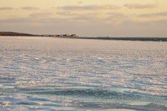 Hielo a lo largo de la línea de la playa del cuello de Sconticut en Fairhaven, Massachusetts fotos de archivo