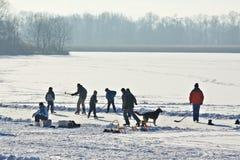 Hielo-patinaje en el lago congelado Imagenes de archivo