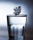 Hielo sobre el vidrio de agua Imagen de archivo libre de regalías