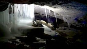 Hielo Stalagnates dentro de la gruta de la cueva almacen de video