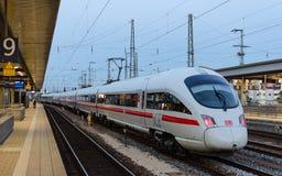 HIELO T del tren de alta velocidad de la compañía ferroviaria alemana Deutsche Bahn fotos de archivo