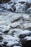 Hielo y agua Río escarchado y agua corriente Imagenes de archivo