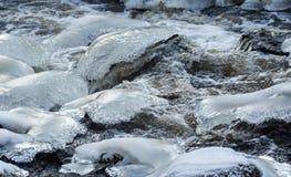 Hielo y agua Río escarchado y agua corriente Foto de archivo libre de regalías