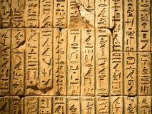 Hieróglifo egípcio cinzelado no arenito fotos de stock