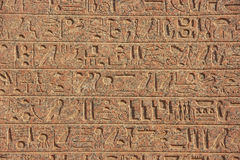 Hieróglifos antigos nas paredes do complexo do templo de Karnak, Lux imagens de stock