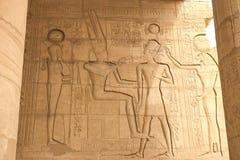Hieróglifos e desenhos egípcios nas paredes e nas colunas Língua egípcia, a vida de deuses antigos e povos em jeroglífico imagens de stock