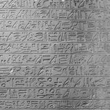 Hieróglifos egípcios antigos na parede foto de stock