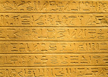 Hieróglifos egípcios cinzelados na argila imagens de stock
