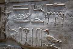 Hieróglifos egípcios na pedra Fotos de Stock