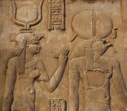 Hieróglifos na parede de um templo egípcio fotografia de stock