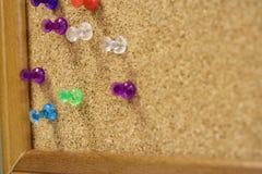 Hier is dichte omhooggaand van de multi gekleurde kopspijkers van de de speldenduim van de kleuren kleurrijke duw Royalty-vrije Stock Afbeeldingen