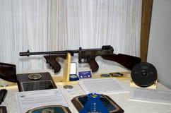 Tommygewehr und -fall stockfotografie