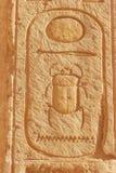 Hier?glifo do escaravelho que cinzela em uma parede no templo da rainha Hatshepsut em Luxor, Egito fotografia de stock royalty free