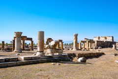 Античные руины, акрополь на предпосылке голубого неба - Hierapo стоковые фотографии rf