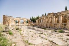Hierapolis, Τουρκία Πύλη Domitian, ΑΓΓΕΛΙΑ ετών 86-87 Όψη από την πόλη Κιονοστοιχία στη δεξιά πλευρά - τουαλέτες (δημόσια τουαλέτ Στοκ φωτογραφία με δικαίωμα ελεύθερης χρήσης