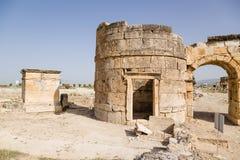 Hierapolis, Турция Сторожевая башня и ворот Domitian, 86-87 лет ОБЪЯВЛЕНИЯ Взгляд от города Стоковые Фото