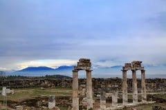 Hierapolis kolumny z góry tłem zdjęcia stock