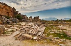Hierapolis, teatro antiguo y cielo Imagenes de archivo