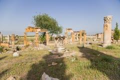 Hierapolis, Turcja Zniszczeni budynki na antykwarskiej Frontinus ulicie Obraz Royalty Free