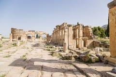 Hierapolis Turkiet Vänstra Domitian Gate, 86-87 år ANNONS, sikt från staden Höger kolonnad - latrin (den offentliga toaletten) Royaltyfria Bilder
