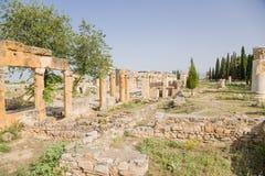 Hierapolis, Turkije Ruïnes van de colonnade langs de Frontinus-straat en de Poort van Domitian, jaar 86-87 ADVERTENTIE Stock Fotografie