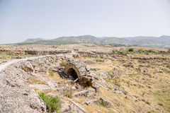 Hierapolis, Turquía Zona arqueológica Ruinas de los edificios antiguos y del sistema de abastecimiento del agua de arcilla fosili Foto de archivo
