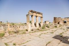 Hierapolis, Turquia Ruínas da colunata na rua de Frontinus e na porta de Domitian, 86-87 anos de ANÚNCIO Fotografia de Stock Royalty Free