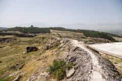 Hierapolis, Turquia Zona arqueológico O abastecimento de água baixo do canal da argila hirto de medo Direito - travertino Imagem de Stock Royalty Free
