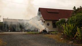 Hierba ardiente delante de la casa del vintage - campo Vietnam fotografía de archivo libre de regalías